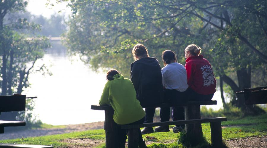 Young people talking and sitting on a bench along the shores of Loch Lomond. ©Lorne Gill/SNH. For information on reproduction rights contact the Scottish Natural Heritage Image Library on Tel. 01738 444177 or www.nature.scot